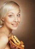 Junge attraktive Frau mit Plätzchen Stockbild