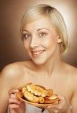Junge attraktive Frau mit Plätzchen Lizenzfreies Stockfoto