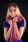 Junge attraktive Frau mit Schal Stockfotografie