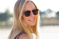 Junge attraktive Frau mit Sonnenbrille an einem Sommertag Lizenzfreie Stockfotos