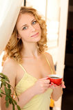 Junge attraktive Frau mit Tasse Kaffee Stockfotografie
