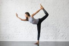 Junge attraktive Frau in Natarajasana-Haltung, Studiohintergrund lizenzfreies stockbild