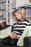 Junge, attraktive Frau sitzt liest ein Buch Stockfoto