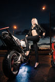 Junge attraktive Frau und Motorrad Stockbilder