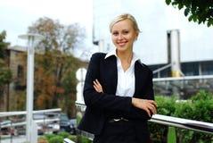 Junge attraktive Geschäftsfrau Lizenzfreie Stockfotografie