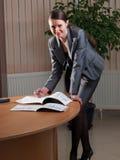 Junge attraktive Geschäftsfrau stockfotografie