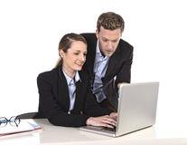 Junge attraktive Geschäftsfrau, die am Computerlaptop im Büro spricht mit dem Arbeitskollegelächeln entspannt arbeitet lizenzfreies stockbild