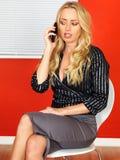 Junge attraktive Geschäftsfrau, die ein Mobiltelefon verwendet Stockbild