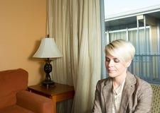 Junge attraktive Geschäftsfrau, die in einem Hotel arbeitet Stockfotografie