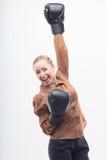 Junge attraktive Geschäftsfrau mit Boxhandschuhen Lizenzfreies Stockfoto