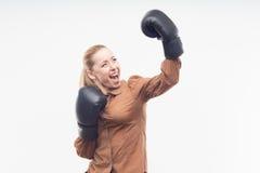 Junge attraktive Geschäftsfrau mit Boxhandschuhen Stockbild