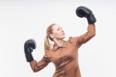 Junge attraktive Geschäftsfrau mit Boxhandschuhen Stockfotos
