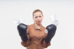 Junge attraktive Geschäftsfrau mit Boxhandschuhen Lizenzfreie Stockbilder