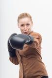 Junge attraktive Geschäftsfrau mit Boxhandschuhen Stockbilder