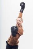 Junge attraktive Geschäftsfrau mit Boxhandschuhen Lizenzfreies Stockbild