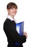 Junge attraktive Geschäftsfrau mit Faltblatt Lizenzfreie Stockbilder