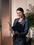 Junge attraktive Geschäftsfrau mit Faltblatt lizenzfreie stockfotografie