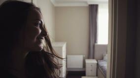 Junge attraktive glückliche Frau läuft durch eine Halle, in der Wohnung und herum in schauen, dann kommt sie in ein Schlafzimmer  stock video