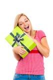 Junge attraktive glückliche Frau mit Geschenk Stockfotos