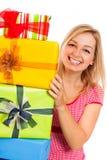 Junge attraktive glückliche Frau mit Geschenken Lizenzfreie Stockfotos