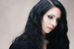 Junge attraktive gotische Brunettefrau Stockfoto
