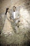 Junge attraktive indische Paare, die zusammen draußen stehen Stockfoto