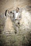 Junge attraktive indische Paare, die zusammen draußen stehen Stockbild