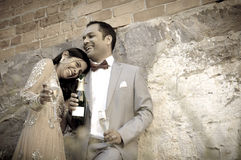 Junge attraktive indische Paare, die zusammen draußen lachen Stockfotografie