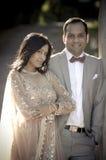 Junge attraktive indische Paare, die zusammen draußen stehen Stockbilder