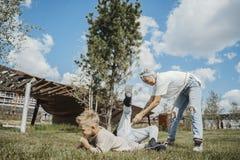 Junge attraktive Mama, die Spaß mit ihren Söhnen am grünen modernen Park hat lizenzfreies stockfoto