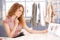 Junge attraktive Modedesignerfunktion Lizenzfreie Stockbilder