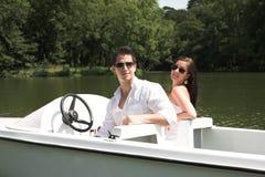Junge attraktive Paare auf Boot Stockbild