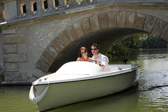 Junge attraktive Paare auf Boot Lizenzfreie Stockfotos