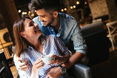 Junge attraktive Paare auf Datum in der Kaffeestube lizenzfreies stockfoto