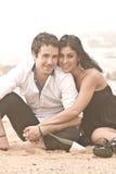 Junge attraktive Paare, die einen Moment auf Strand teilen lizenzfreie stockfotos