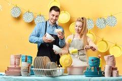Junge attraktive Paare, die an einer Reality Show teilnehmen stockfoto