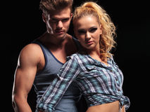 Junge attraktive Paare, die für die Kamera aufwerfen Lizenzfreie Stockfotografie