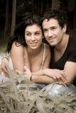 Junge attraktive Paare, die im Wald flirten Lizenzfreie Stockfotografie