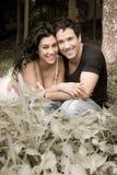 Junge attraktive Paare, die im Wald lachen und flirten Stockfotos