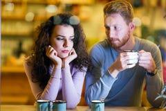 Junge attraktive Paare, die Probleme auf Datum haben stockbilder