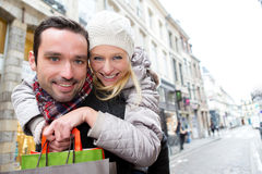Junge attraktive Paare, die Spaß beim Einkauf haben Lizenzfreies Stockbild