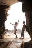 Junge attraktive Paare, die Tanzen durch Felsentorbogen haben Lizenzfreie Stockfotografie