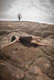 Junge attraktive Paare draußen auf Strandfelsen stockbilder