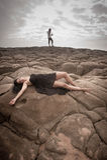 Junge attraktive Paare draußen auf Strandfelsen stockbild