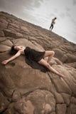 Junge attraktive Paare draußen auf Strandfelsen stockfoto