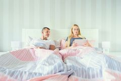 Junge attraktive Paare im Bett stockfotos
