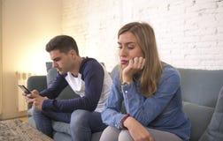 Junge attraktive Paare im Verhältnis-Problem mit dem spielenden Süchtigfreund des Internet-Handys, der trauriges vernachlässigt i lizenzfreies stockbild