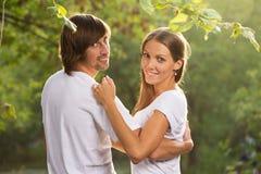 Junge attraktive Paare zusammen draußen Stockfotos