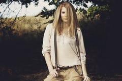 Junge attraktive redhair Frau draußen auf den Gebieten Freiheit concep Lizenzfreie Stockfotografie