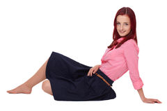 Junge attraktive Redheadfrau im rosafarbenen Hemd Stockbild